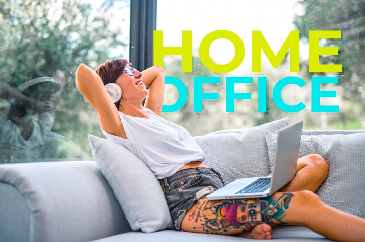 Iamgen de una mujer con audifonos haciendo home office